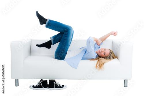junge frau jubelt auf dem sofa