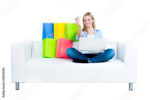 junge frau geht auf einkaufstour