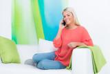 attraktive blonde frau telefoniert mobil