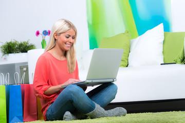 junge frau shoppt im internet