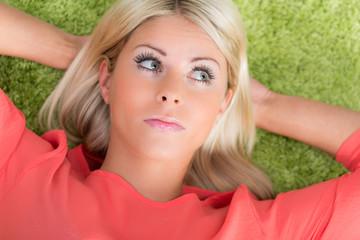hübsche blonde junge frau
