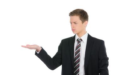 kaufmann schaut zweifelnd auf handfläche