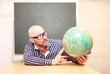 Lehrer mit Globus