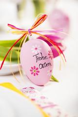 Osterei auf Osterfrühstückstisch dekoriert
