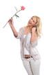 Überglückliche Blondine mit einer Rose in der Hand