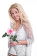 Schöne blonde junge Frau isoliert mit einer Rose in der Hand