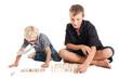 Два мальчика играют, сидя на полу