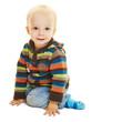 Kleines Kind sitzt und lächelt