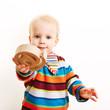 Kind mit at-Zeichen als Symbol für Internet