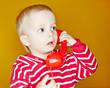 Kleinkind telefoniert mit Telefon