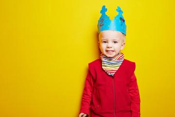 Junge feiert Kindergeburtstag mit Krone