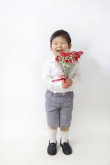 花束を持つ笑顔の子供
