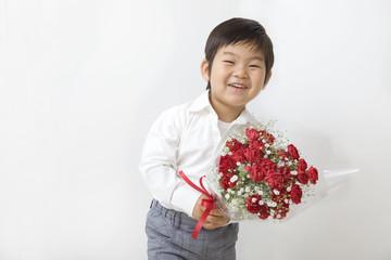 花束を持つ子供