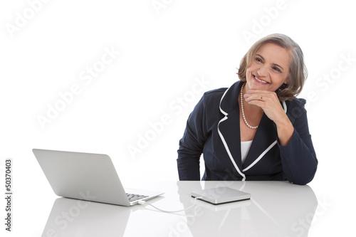 Die Senior-Chefin am Schreibtisch - isoliert