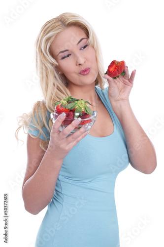 Junge Frau isst genüsslich Erdbeeren
