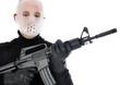 Mann mit Hockey-Maske und Maschinengewehr