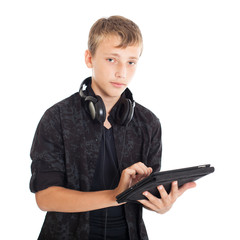 Подросток с наушниками и планшетом