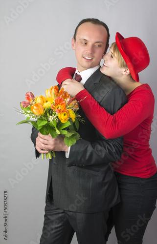 Junges Pärchen mit Blumenstrauss