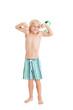 Мальчик в плавках показывает мышцы