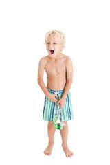 Мальчик в плавках и с маской кричит, открыв рот