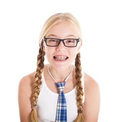 Школьница в очках и с брекетами