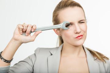 Frau mit Werkzeug