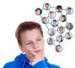 Junge denkt an virtuelle Freunde