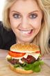 Junge hübsche Frau mit großen Augen und Hamburger