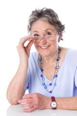 Lebensfrohe ältere Dame isoliert