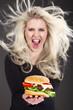 Frau serviert schreiend Hamburger, Haare fliegen vom Wind
