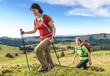 Zwei Frauen beim Bergwandern