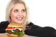 Hübsche junge Frau mit Hamburger denkt, blickt auf Text