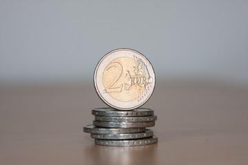 Münzstapel mit 2-Euro Münzen