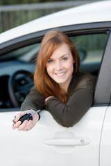 autofahrerin hält schlüssel in der hand