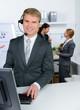mitarbeiter telefoniert mit headset