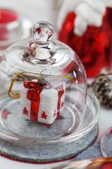 Weihnachtspäckchen unter der Glashaube
