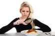 Junge blonde Frau untersucht Spaghetti nach Pferdefleisch