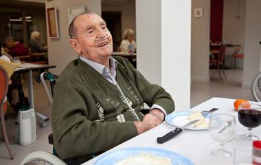 Homme handicapé et malade en maison de retraite