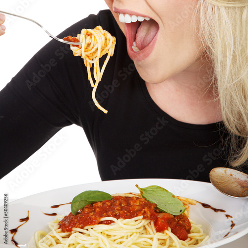 Junge blonde Frau isst Spaghetti close up