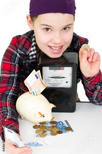 Mädchen spart Geld mit Strom
