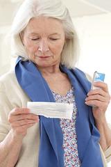Patiente lisant la notice du médicament