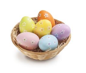 Cestino in vimini di uova pasquali