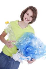 Glückliches Mädchen mit Plastikmüll - girl with plastic garbage