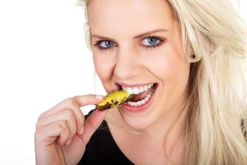Junge blonde Frau isst Bratwurst pur mit Senf