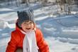 mała dziewczynka spaceruje zima po lesie