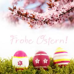 Frohe Ostern! Ostereier mit Blütenzweig