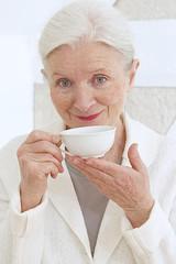 Femme senior - Pose thè