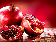 Grenades sur fond rouge. Bio Bio fruits
