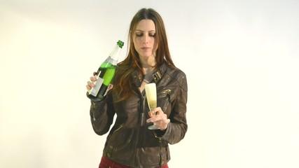 mujer joven bebiendo en copa