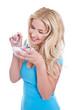 Junges Mädchen isoliert genießt Yoghurt und Müsli mit Früchten